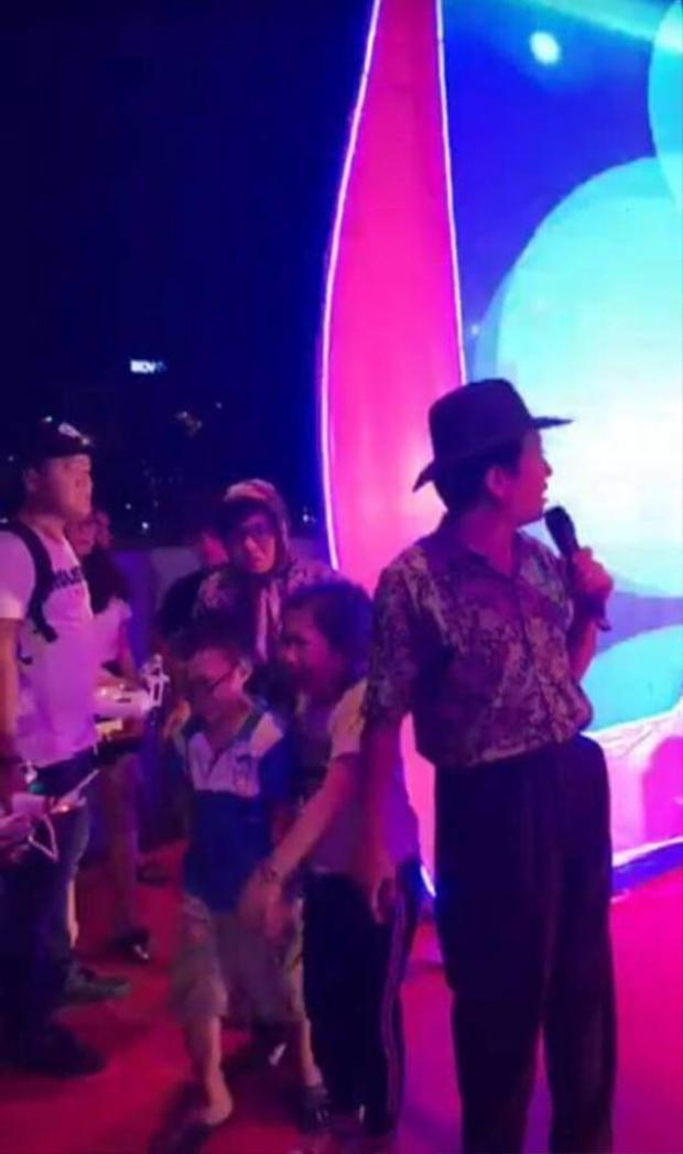 Mặc khán giả chọi đồ, Trường Giang vẫn ngưng diễn để giúp fan nhí tìm người thân