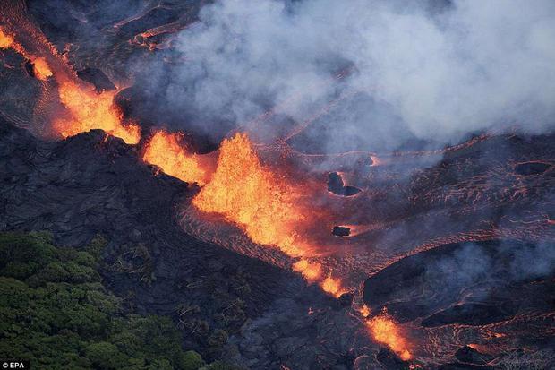 Vết nứt chứa dung nham đỏ rực cùng khói nghi ngút bốc lên trông giống như cánh cổng địa ngục. Ảnh EPA