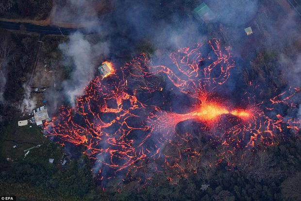 Cơ quan chức năng cũng cảnh báo cho người dân về khí độc dioxit thoát ra từ các vết nứt núi lửa. Tính từ ngày núi lửa bắt đầu phun trào tới nay vẫn chưa có trường hợp nào thương vong. Ảnh EPA