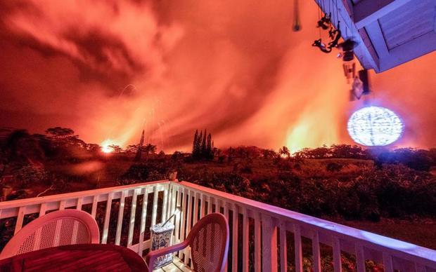 Bầu trời nhuộm đỏ do dung nham cháy rực ngay trước sân nhà của cư dân. Ảnh The Sun