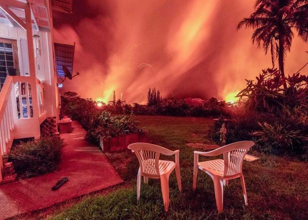 Bức ảnh này được nhiếp ảnh gia Joseph Anthony, 44 tuổi, chụp trước sân nhà bà Dona Mueller, 75 tuổi, sống tại Puna, Hawaii, trước lúc sơ tán. Ảnh The Sun