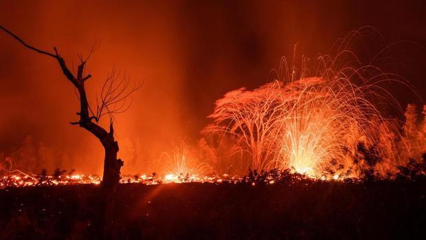 """Bà Dona nói: """"Những vụ phun trào mạnh đang diễn ra thường xuyên hơn trong khu vực chúng tôi sinh sống. Con gái tôi sắp đến Hawaii sống trong 2 năm nhưng nếu nhà của tôi bị dung nham phá hủy, có lẽ tôi phải đến Los Angeles sống cùng con gái""""."""