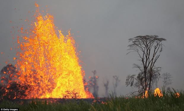 Theo các nhà địa chất học tại Hawaii, có ít nhất 22 khe nứt đã mở ra. Ảnh Getty Images