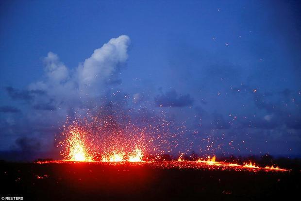 Tina Neal, người phụ trách Đài quan sát Núi lửa Hawaii thuộc Cục Khảo sát Địa chất Mỹ, cho biết, các vật thể từ khe nứt bắn ra tung tóe, bay cao hàng chục mét vào không khí, còn dòng dung nham thì chảy chậm chạp. Ảnh Reuters