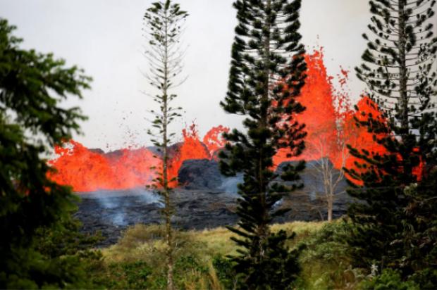 Núi lửa không ngừng phun trào trong suốt 2 tuần qua. Ảnh Reuters