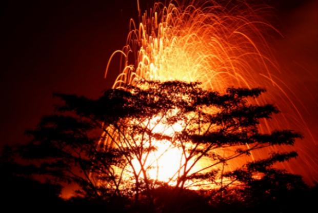 Các vật thể từ miệng khe nứt phun trào, nhấn chìm mọi thứ trên đường đi của nó. Ảnh Reuters