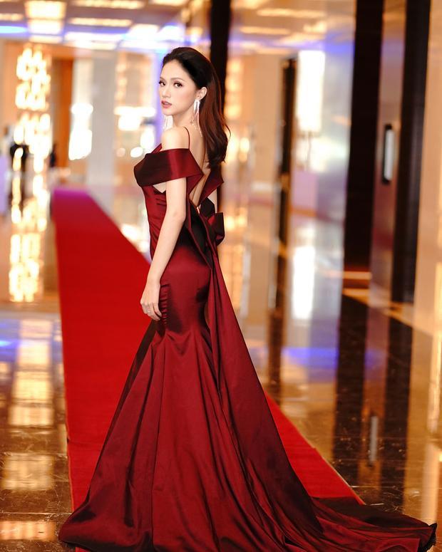 Tông màu vàng đỏ đô cùng những đường cắt sắc nét tôn vinh vóc dáng của nàng Hoa hậu một cách triệt để nhất.