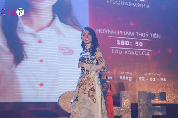 Hoa khôi FTUCharm 2018 với màn dự thi trong trang phục truyền thống.