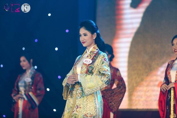 Thí sinh Võ Hoàng Mỹ Lam duyên dáng trong phần thi áo dài.