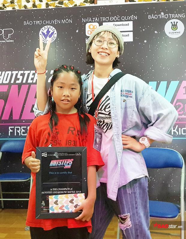 Niềm vui của dancer nhí Trần Phương Nhi khi lần đầu tiên giành ngôi vô địch chung cuộc trong một giải đấu nhảy.