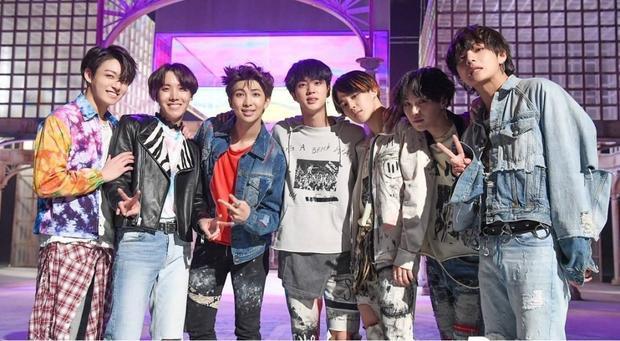Và bây giờ hãy cùng chờ đợi sân khấu debut Fake Love của BTS tại BBMAs!