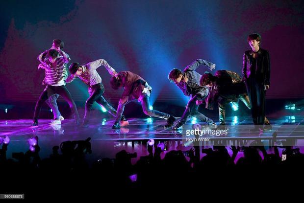 Dù biểu diễn gần cuối nhưng sân khấu của BTS lại quá đơn điệu so với dàn sao US UK trong đêm trao giải.
