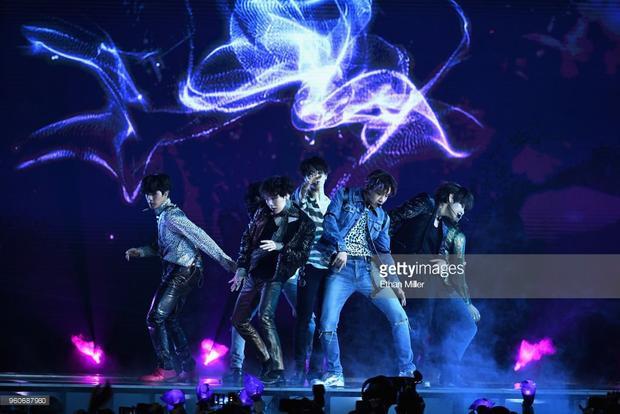 Không có hiệu ứng hoành tráng, cầu kỳ, BTS chỉ đơn giản là hát và nhảy hùng hục.