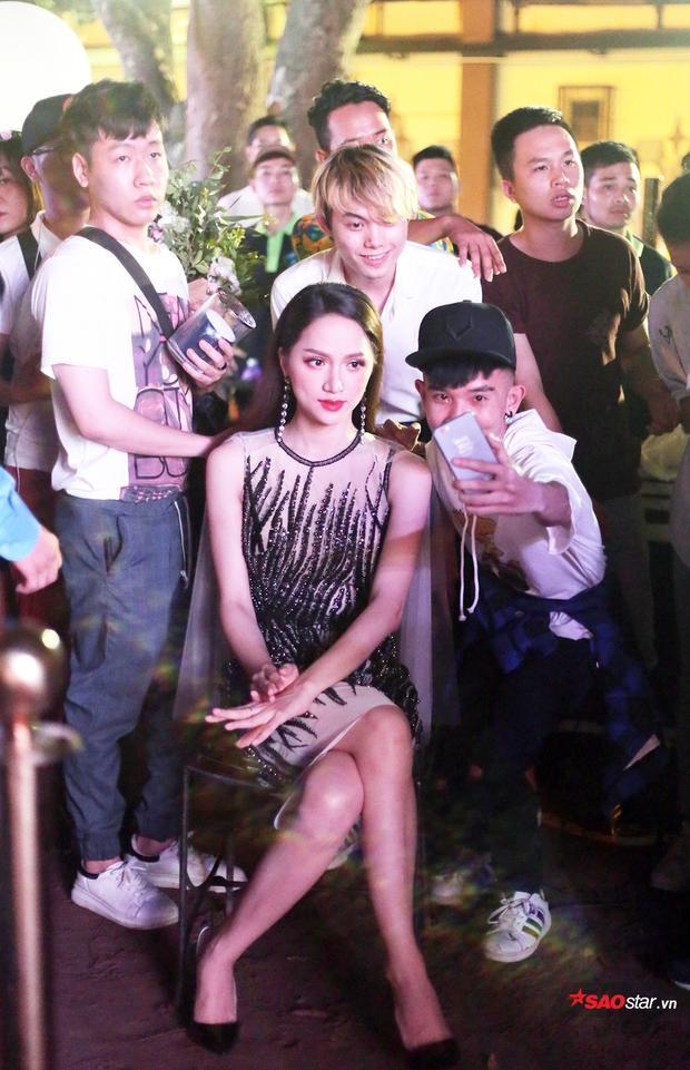 Hoa hậu thân thiện chụp ảnh kỉ niệm cùng các fan