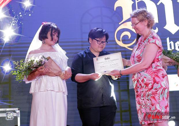 Cặp đôi đồng tính nữ Phương Thảo - Ngọc Tú nhận giấy đăng ký kết hôn dành riêng cho các tình yêu trong cộng đồng LGBT