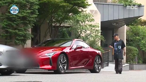 Chiếc Lexus CL500 màu đỏ mới của Taeyang (từng được tiết lộ trên show truyền hình I Live Alone cùng căn nhà sang trọng của anh) có giá khoảng 95.000 USD.