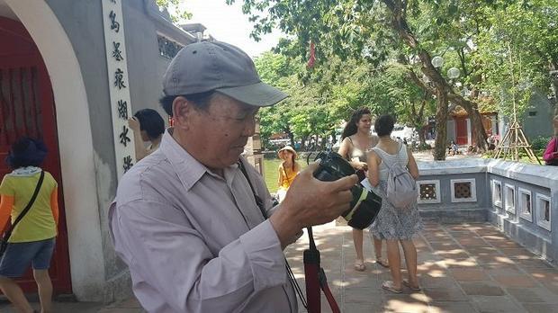 Ông Túy chia sẻ mình cảm thấy tiếc nuối khi nghề chụp ảnh dạo đang dần thoái trào. Ảnh: Diên Vỹ.
