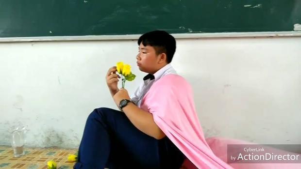 Thần thái biểu cảm của bạn nam vào vai Bích Phương trong MV trên.