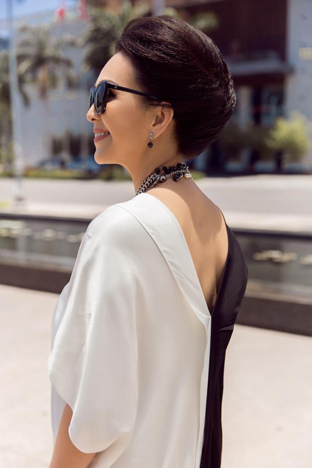 Phần tay váy rộng, lưng xẻ sâu vừa phải tạo cảm giác thoải mái cho người mặc. Mẫu thiết kế tối giản nhưng đầy sự thú vị này chắc chắn hứa hẹn tạo nên một cơn sốt mới cho thời trang Việt trong mùa hè năm nay.