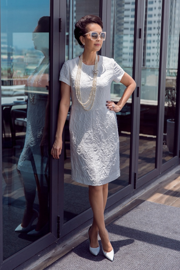 Cùng với sắc trắng, bộ váy suông rộng giấu đường cong lại tạo ấn tượng đặc biệt bởi chất liệu cùng hoa văn làm nổi độc đáo.