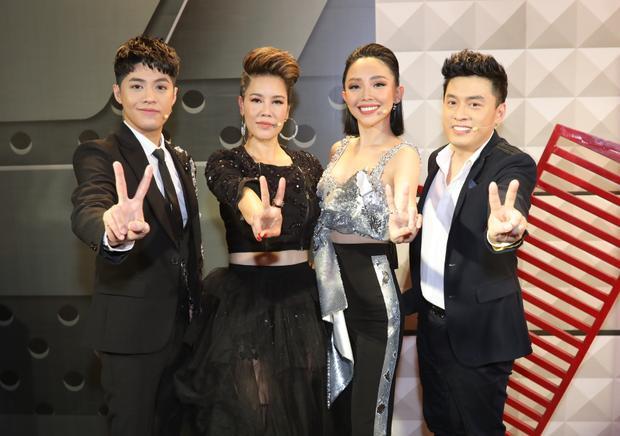 Mỗi người có mỗi phong cách thời trang khác nhau, nhưng tựu chung lại, bộ tứ HLV The Voice - Giọng hát Việt 2018 đều chọn trang phục với tông đen chủ đạo trong tập đầu tiên của chương trình.