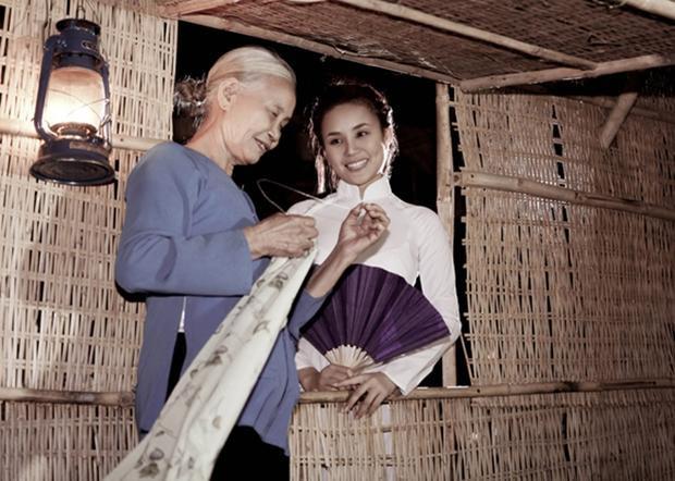 Hai mẹ con cùng thực hiện bộ ảnh minh họa cho ca khúc về tình mẫu tử thiêng liêng của Vy Oanh.