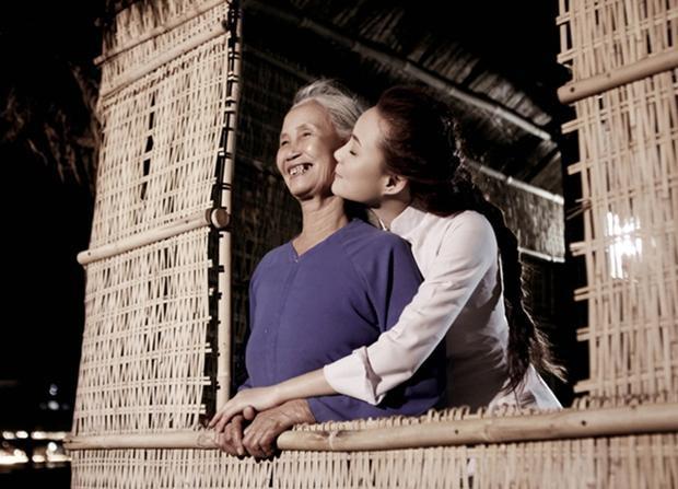 Cả cuộc đời hy sinh và yêu thương con, mẹ của cô hẳn rất vui lòng vì Vy Oanh không chỉ trở thành một người thành đạt mà còn rất hiếu thảo.