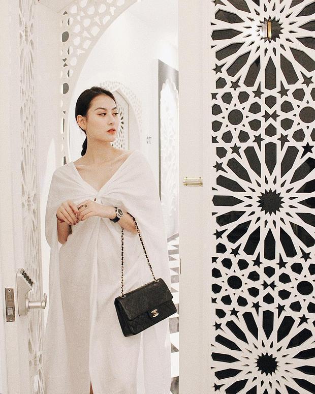 Hà Lade thu hút mọi ánh nhìn với bộ váy trắng nền nã cùng túi Chanel đen đơn giản làm điểm nhấn.