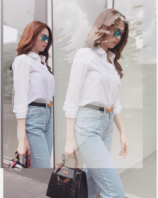 Chán chê váy, áo hai dây, Ngọc Trinh thay đổi phong cách với áo sơ-mi trắng cùng quần jeans ôm khoe dáng, tuy đơn giản nhưng cực kỳ hút mắt.