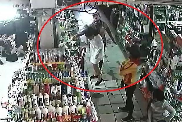 Một phụ nữ bán hàng rong đã lao vào đánh đập nữ nhân viên cửa hàng tại chợ Đông Hà. Ảnh cắt từ clip.