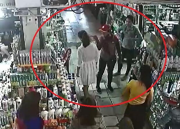 Sau đó người phụ nữ này chỉ tay vào mặt nữ nhân viên đe dọa. Ảnh cắt từ clip