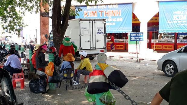 Nhóm phụ nữ bán hàng rong bị phản ánh là khi thấy khách du lịch vào chợ Đông Hà sẽ đeo bám, chèo kéo bán thuốc kích dục, quần áo, thậm chí gây gổ với các tiểu thương buôn bán trong chợ, đòi chia lợi nhuận, hành hung… Ảnh: NV.