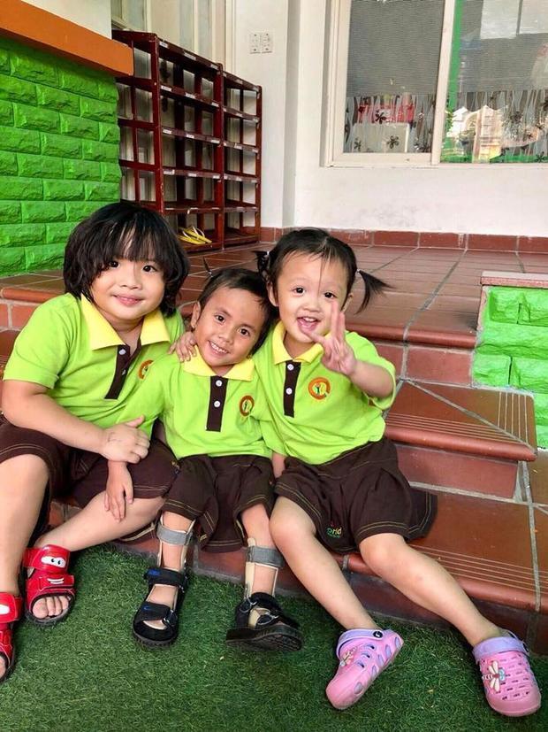 Pàng (ở giữa) trong bộ đồng phục ngày đầu đến lớp cùng hai anh chị.