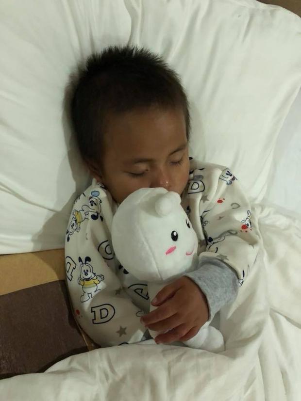 Giấc ngủ bình yên trên chuyến tàu về TP.HCM của cô bé đáng thương.
