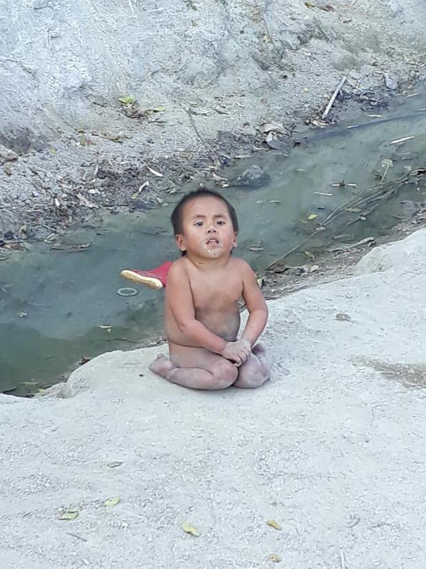 Hình ảnh trước đó của bé Pàng được một tài xế ghi lại khi lái xe đến Mường Lát và được đăng tải trên mạng xã hội khiến nhiều người nghẹn ngào.