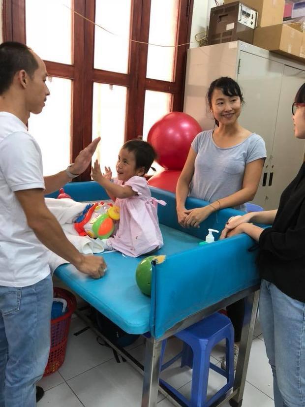 Nhận nuôi Pàng là những tháng ngày 2 vợ chồng chị tất tả ngược xuôi đưa con đi đến các bệnh viện.