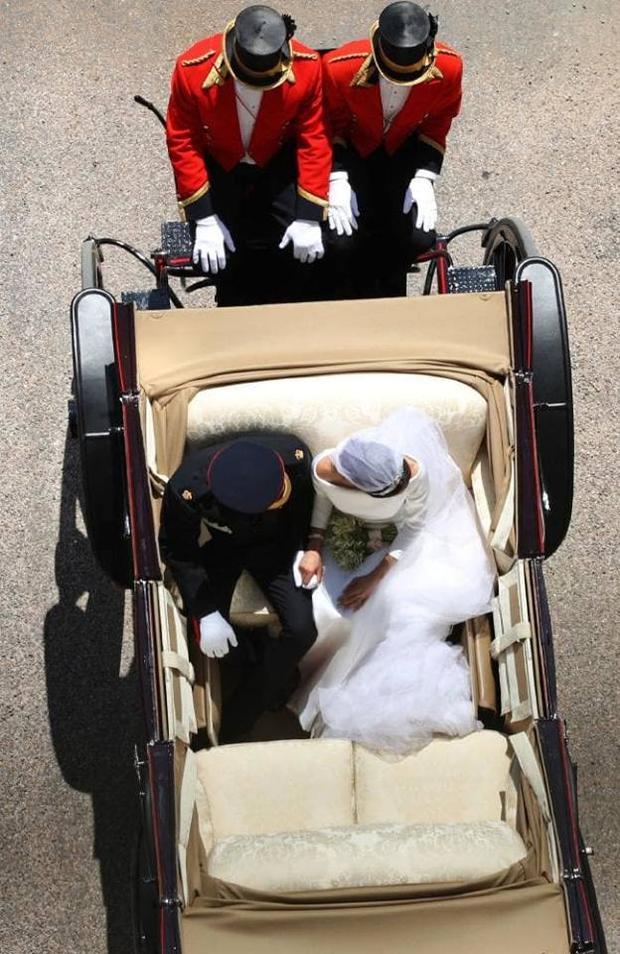 Khoảnh khắc ngọt ngào của Hoàng tử Harry và Meghan Markle trên xe ngựa. Ảnh: PA