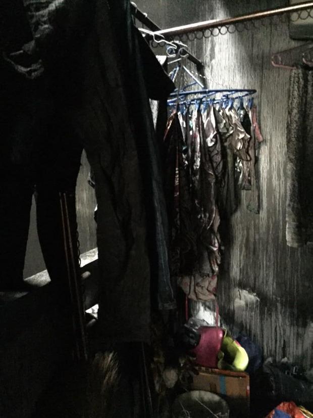 Toàn bộ vật dụng trong nhà chị đều bị cháy đen, không thể tái sử dụng.