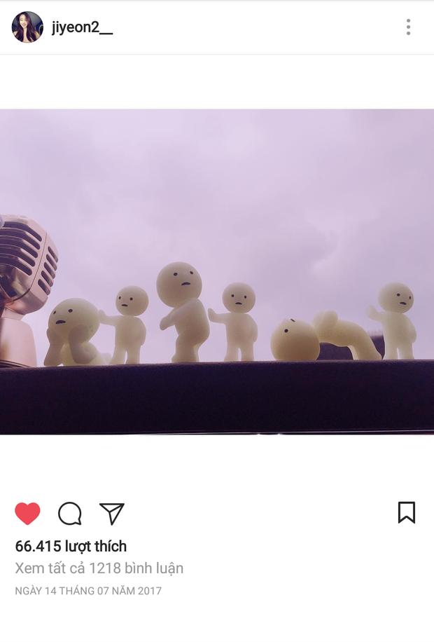 Một bức ảnh vu vơ của Jiyeon đăng trên Instagram, 6 chú búp bê bên cạnh một chiếc micro, như thế này thì quá dễ dàng để liên tưởng.