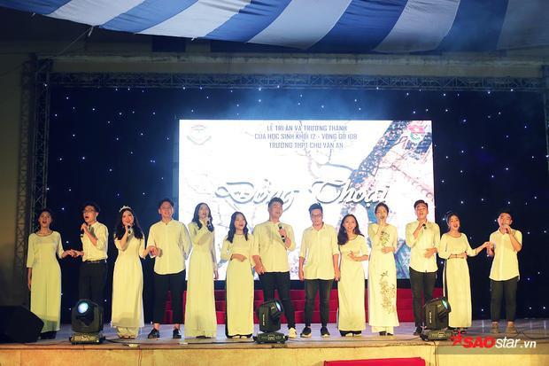 Cả tập thể lớp cùng nhau diện trang phục áo dài, sơmi trắng, cùng nhau cất tiếng hát ca khúc Mong ước kỉ niệm xưa đầy xúc động.