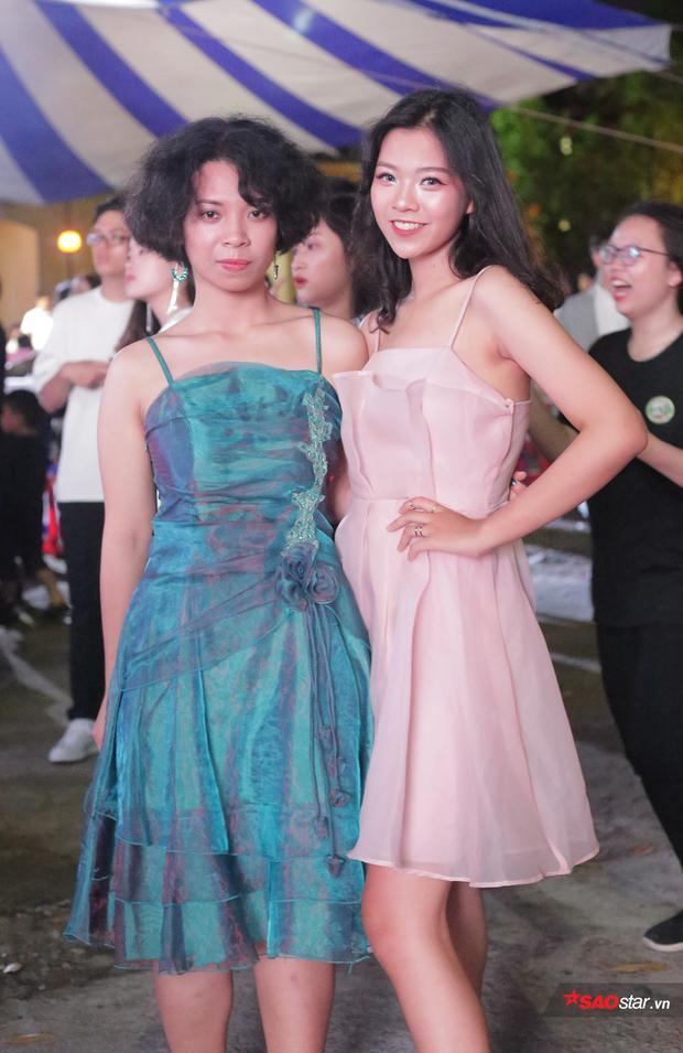 Trong lễ tri ân và trưởng thành, các học sinh cuối cấp của THPT Chu Văn An thoải mái diện những bộ váy lộng lẫy, lung linh để khoe sắc cùng những người bạn của mình.