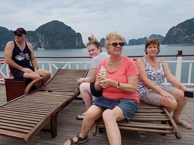 Bà Ryan và nhóm khách Australia ngồi trên tàu thăm vịnh Hạ Long. Ảnh: NVCC
