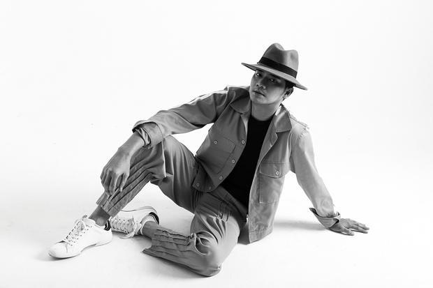 Mũ phớt cùng áo sơ-mi layer mang lại cho Minh Luân hình ảnh một quý ông thập niên 60s.