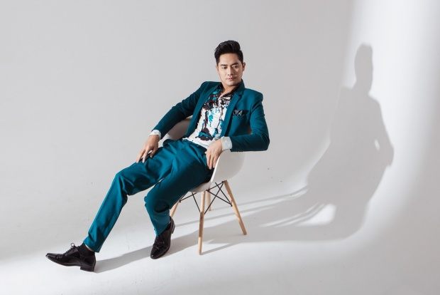 Trong bộ ảnh mới nhất, nam diễn viên 32 tuổi lựa chọn những bộ vest màu sắc nhằm đem lại sự trẻ trung, mới mẻ cho bản thân. Đây cũng là hình ảnh mà anh quyết tâm theo đuổi trong thời gian tới.