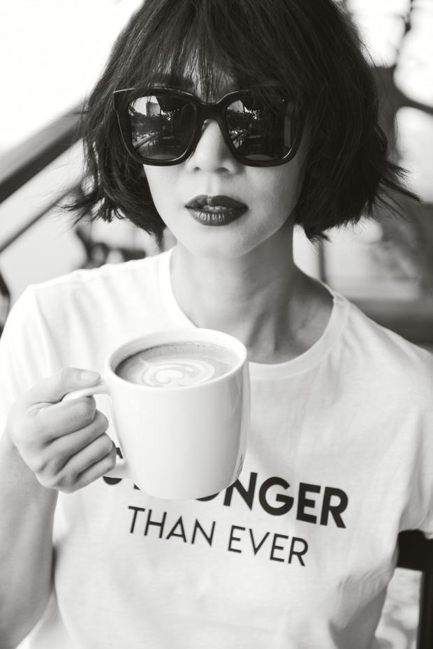 """Mái tóc ngắn cùng đôi môi được tô vẽ đậm đem lại thương hiệu """"Xuân Lan"""" trong suốt bao năm qua."""