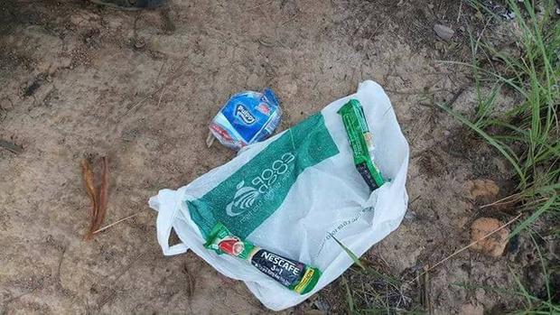 Bịch túi bóng chứa đồ dùng cá nhân được cho là của K. được nhóm tìm kiếm phát hiện trong rừng sâu gần khu vực thác Lao Phào.