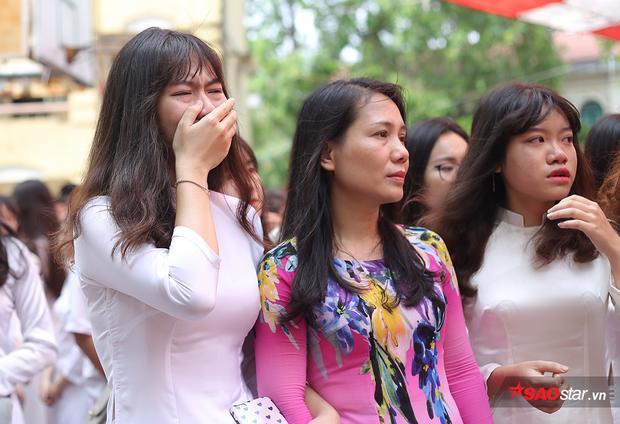 Đứng giữa sân trường đã trở nên thân quen suốt 3 năm nay, ai nấy đều trực trào nước mắt.