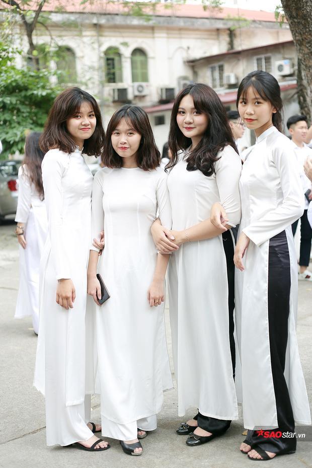 Các bạn học sinh Việt Đức tỏa sáng trong tà áo dài đồng phục.
