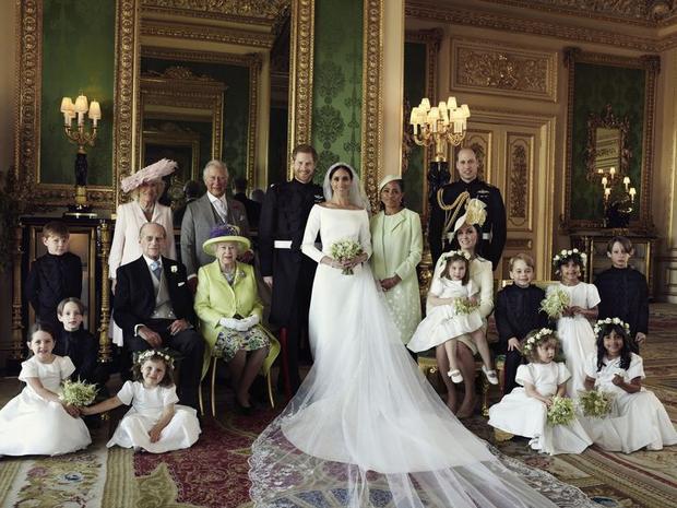 Cô dâu, chú rể chụp ảnh cùng Nữ hoàng Elizabeth II và Hoàng thân Philip, Hoàng tử William, Công nương Kate, Thái tử Charles và vợ - Nữ Công tước Camilla. Mẹ của Công nương Meghan, bà Doria Ragland, đứng cạnh con gái trong bức ảnh này.