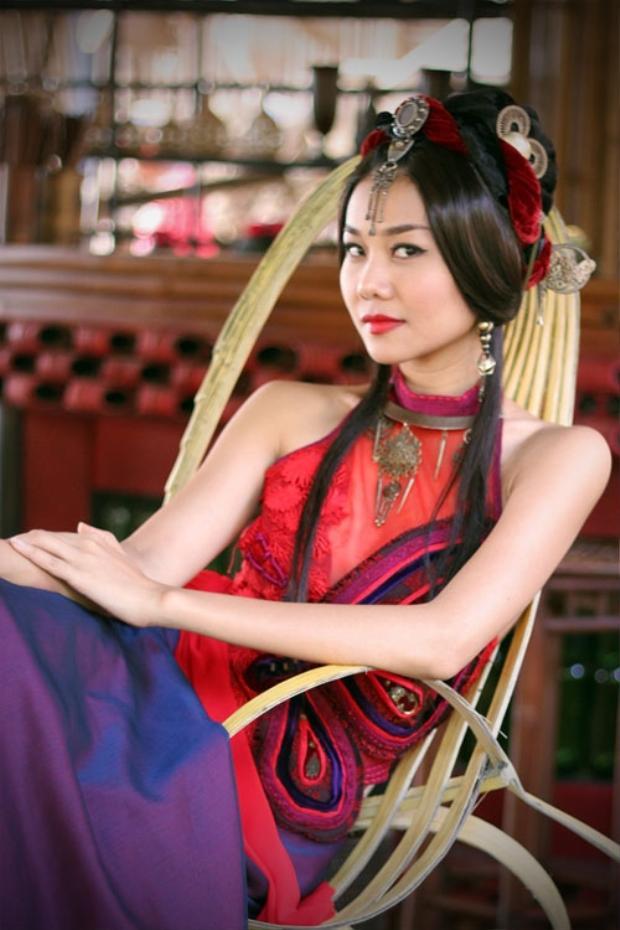 """Thanh Hằng nhận được nhiều lời khen khi hoá thân thành """"tú bà"""" xinh đẹp, quyến rũ, sắc sảo và trượng nghĩa."""